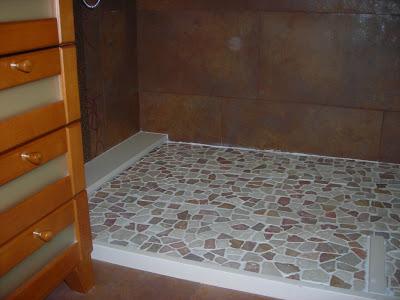 bao con ducha de obra en piedra natural
