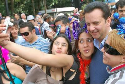 O prefeito Cassab, de São Paulo, que chegou até a se converter em uma igreja evangélica neopentecostal no período de eleição, prestigia e 13ª edição da Parada do Orgulho Gay.