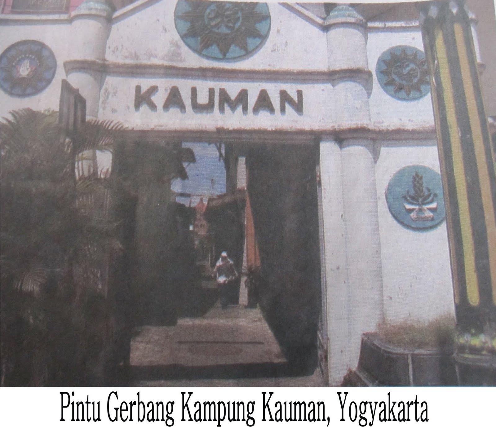 Foto yang diambil dari sebuah koran atau buku ini menggambarkan gerbang Kampung Kauman. Terlihat lambang Muhammadiyah di atas gerbang. Selain penghasil batik, Kampung Kauman tempat tumbuhnya ajaran Muhammadiyah