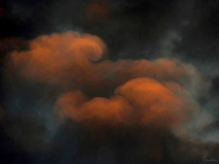«Les nuages nagent comme des enveloppes géantes, Comme des lettres, que s'enverraient les saisons.» Ismaïl Kadaré, Extrait de Poème d'automne...
