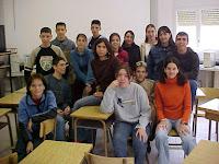 fotografía de un grupo de jóvenes en una sala de clases