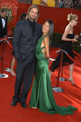 Moda de famosos! - Página 3 September+18,+2005+Actor+Josh+Holloway+(Lost+The+Journey)+and+wife+Yessica+Kumula+arrive+at+the+57th+Annual+Primetime+Emmy+Awards+held+at+the+Shrine+Auditorium.