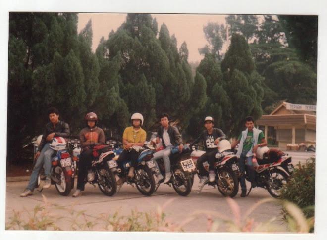 Penuh nostalgia...konvoi dri Klang ke JB....mane agaknye kawan2 aku ni yek ??.Aku yg no.3 dri kiri.