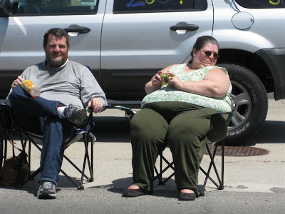 lawn chair about to break, fat woman