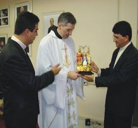 Padre Marcelo Recebendo a Imagem Peregrina no Santuário Bizantino em São Paulo.