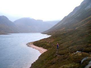 http://1.bp.blogspot.com/_XNaR2xZW8eA/SBcqNssZ6SI/AAAAAAAAAlU/4iT8TedXzqI/s320/Cairngorms+walks+from+Aviemore+along+Loch+Avon.jpg