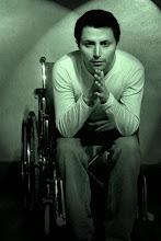 Un hombre que sabe que la silla de ruedas se lleva por dentro