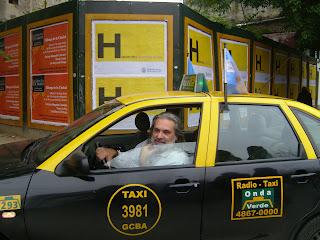 Taxista con maestría promueve currículum en su vehículo
