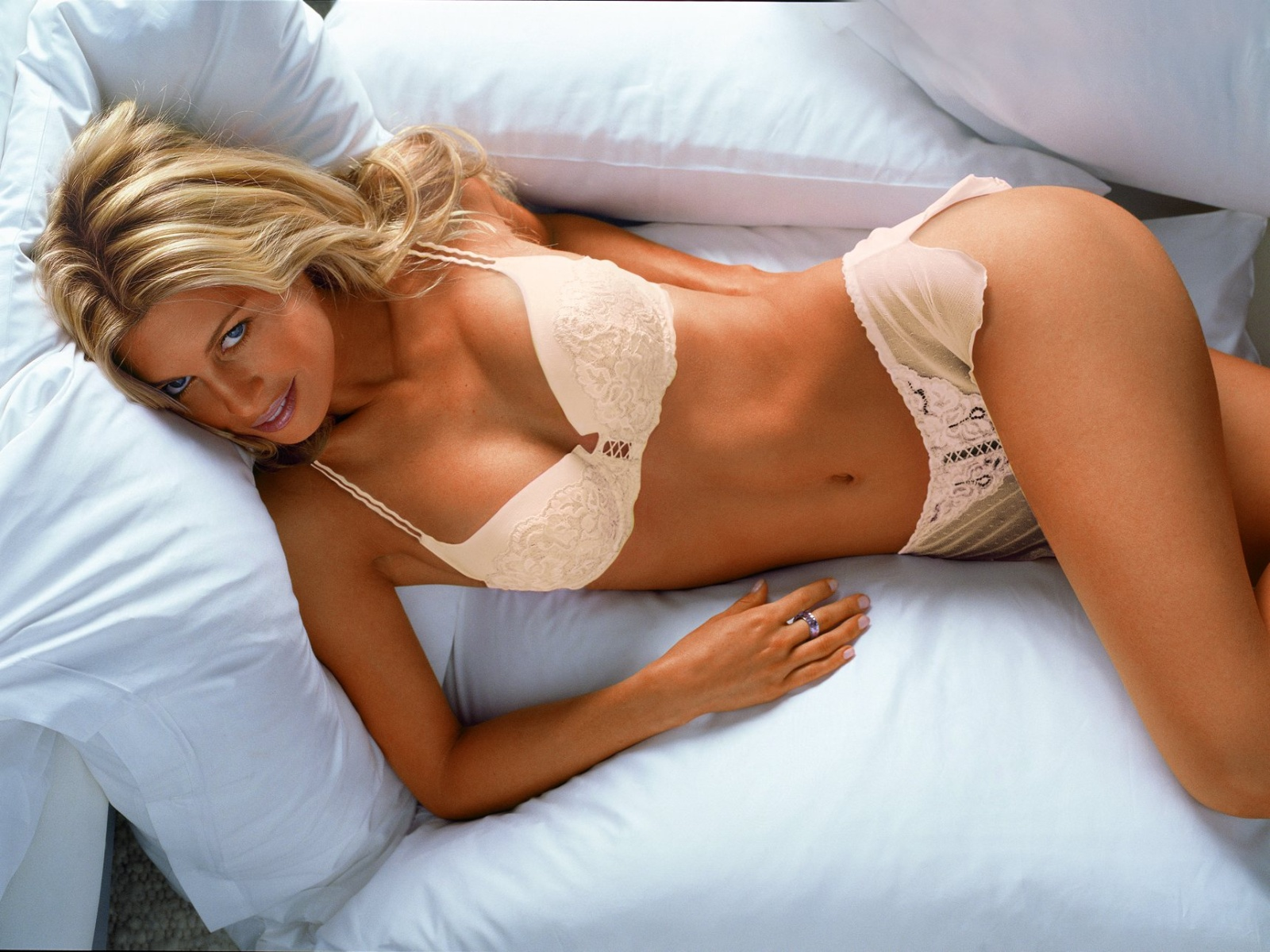 hot girl on bed - photo #4