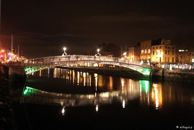 Half penny bridge e fiume Liffey di notte-Dublino
