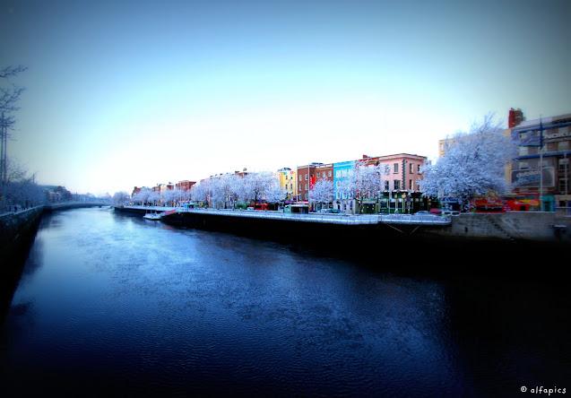 Neve a Dublino sul fiume Liffey
