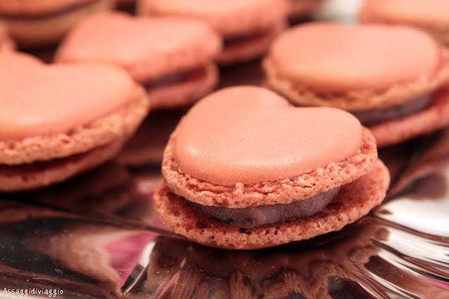 Macaron rosa a forma di cuore