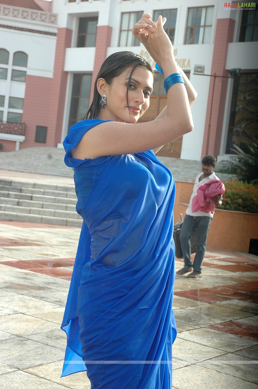 QUEEN: Big tits in white saree
