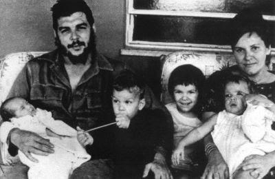 En la intimidad: despu s de cuatro d cadas de silencio, la viuda del Che Guevara, Aleida March, public&oacute en Italia Evocaci&oacuten, libro de memorias en el que ... de la familia.: An article from: Proceso Irene Savio