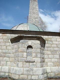 Паметникът от страната на мавзолея