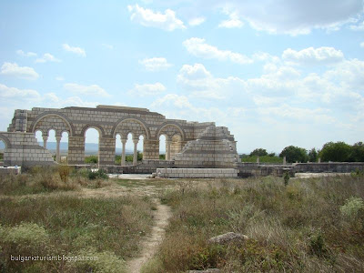 Поглед към базиликата от към кладенеца