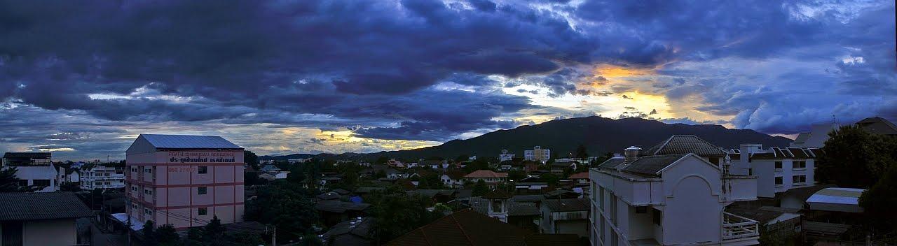 Chiang Mai auringonlaskun aikaan, Doi Suthep taustalla. Lähde: canvas-of-light.blogspot.com.au