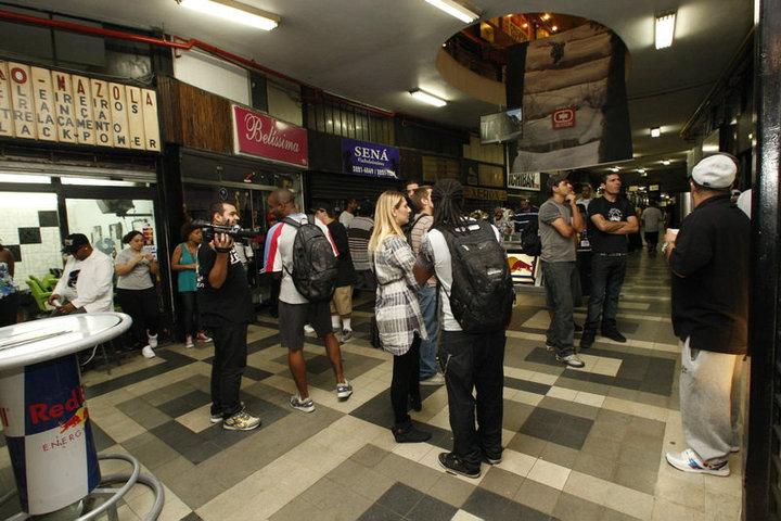 4a2d163180 O público pode interagir... com a exposição de mochilas customizadas