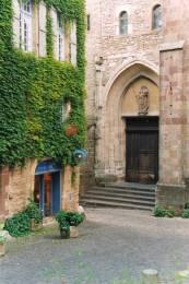 Cordes sur ciel : Le porche de l'église Saint Michel
