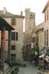 Cordes sur Ciel : Place de la halle et clocher de l'église Saint Michel