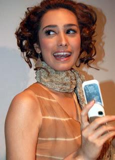 Alexandra Gottardo with her handphone