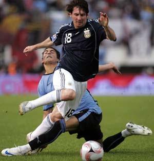 Lionel Messi Berjibaku Menghindari Tekanan Pemain Lawan