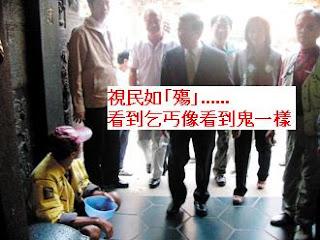 謝長廷昨天到豐原慈濟宮參拜,經過廟門口,1名男子坐地上乞討,謝長廷和他短暫對望。 記者游振昇/攝影