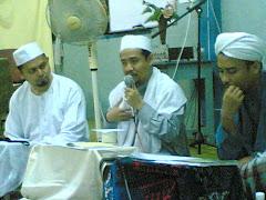 Sheikh Rohimuddin bin Nawawi Al-Bantani (tengah) dan Al-Ustaz Hasyim bin Wasoh (kanan)