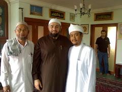 Sheikh Habib Afifuddin Al-Jailani (tengah), Sheikh Rohimuddin Al-Bantani (kiri), Hj Mat Nor (kanan)