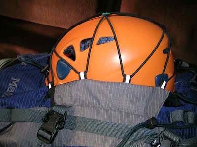casco escalada mochila