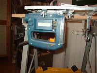 aqu est colocada debajo del banco de trabajo fijada con un como est la madera pasa por encima la parte alta de la foto