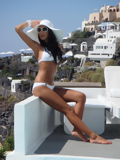 Total white Santorini bikini look