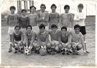 Perines 1970-71-arriba:Rojo, Mariano, Julián, Hernani I, Bragado, Gallego, Angel. Abajo: Somo, Toñín, Hernani II, Sindo, Fede, Chus. Antiguo campo del España de Cueto