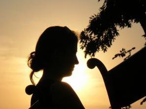 Seorang wanita pada satu benaman matahari.