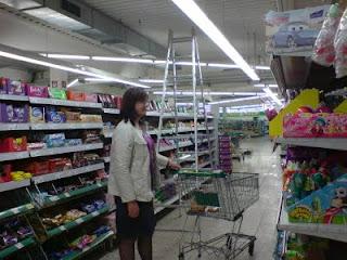 Michaela vor dem Süssigkeitenregal im Marktkauf