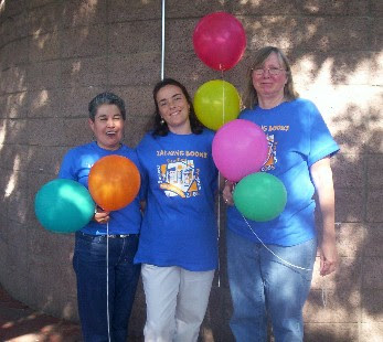 La Farge childrens' staff in Summer Reading t-shirts