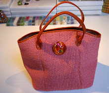 Nacre orange pour un sac en paille rose et cuir orange.