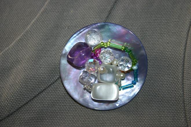 Broche nacre mauve, améthyste et cristal + petites perles de verre