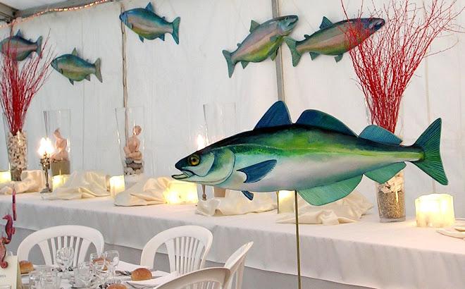 Banc de saumons derrière le buffet et table du lieu noir