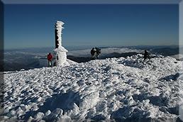 Monumento al Santo en la cima