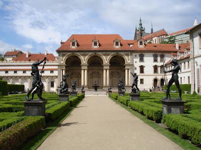 El general Wallenstein arrasó más de 20 casas para abrir paso a su jardín trasero