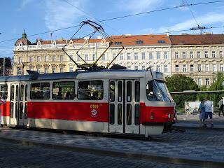 Metro en la parada de Malostranská