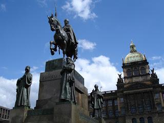 Estatua de San Wenceslao, detrás el Museo Nacional