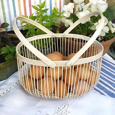 jasny koszyk drewniany - kobiałka z jajkami