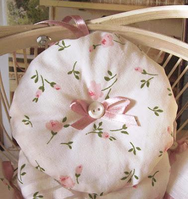 zawieszka - okrągła poduszeczka różana
