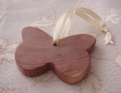 motyl z drewna cedrowego