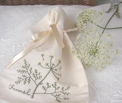 woreczek bawełniany z haftowanym kwiatem