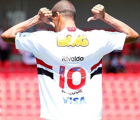 f13b63b8ba Rivaldo mostra a camisa 10