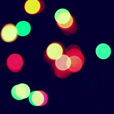 fons fosc i llums difuminats