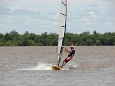 Windsurf en el rio